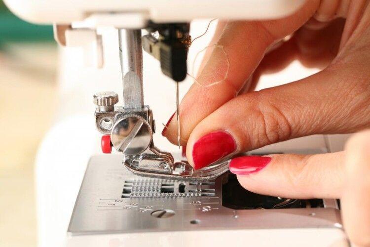 Волинська бібліотека просить підтримати в покупці швейної машинки
