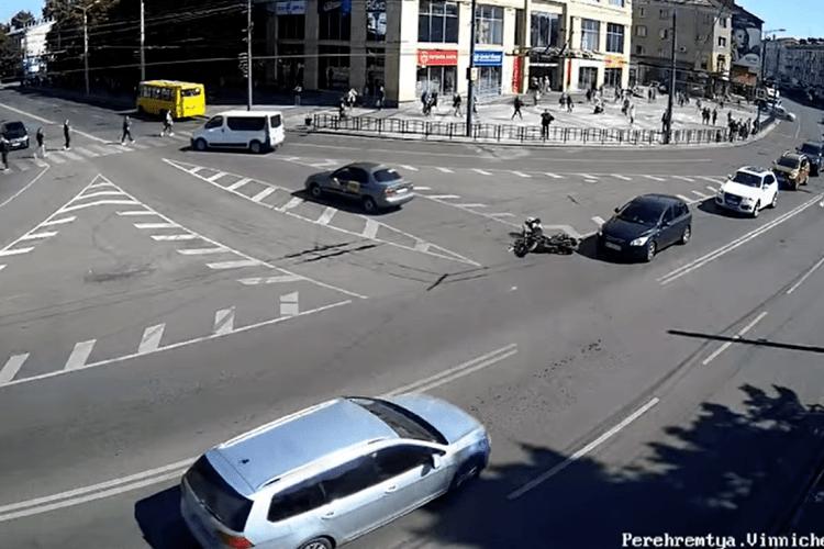З'явилося відео аварії за участю таксі та мотоцикліста у центрі Луцька