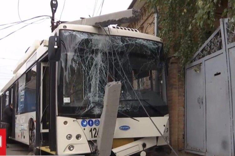 Вантажівка протаранила набитий людьми тролейбус (Відео)