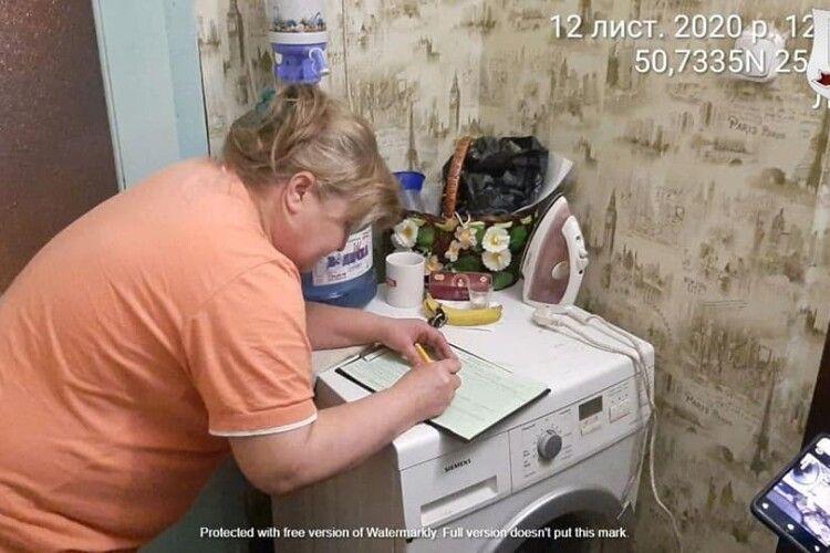 Продавала алкоголь з рук: у Луцьку муніципали затримали жінку (Фото)