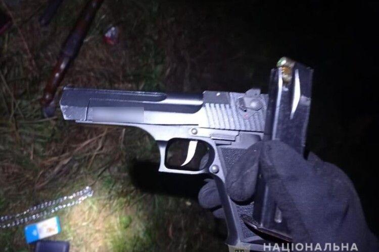 Обріз, пістолет та набої: на Волині поліція затримала автомобіль із зброєю та боєприпасами (Фото)