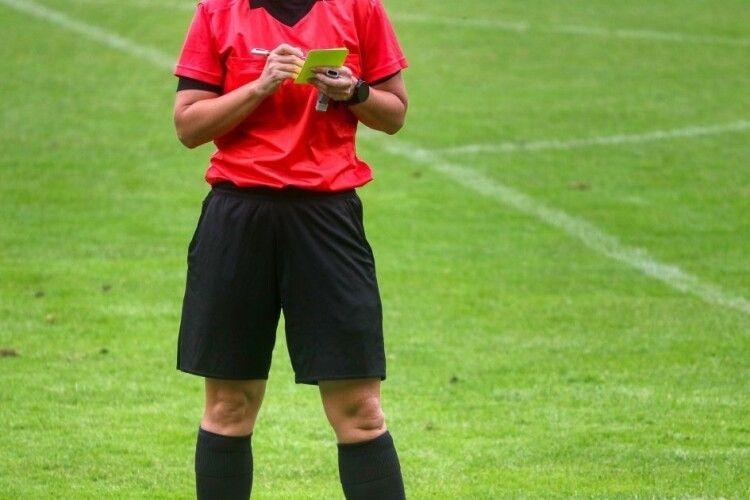 Суддям дозволили видаляти футболістів з поля за «навмисний кашель в обличчя»