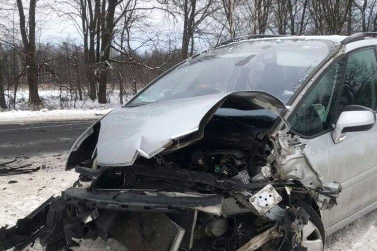 Вирішила обігнати: на Волині через необачну водійку сталася ДТП