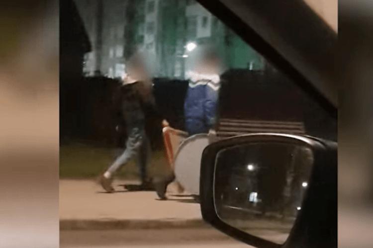 У Луцьку спіймали романтиків, які гуляли містом із дорожніми знаками (Відео)