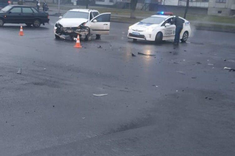 На проспекті Соборності у Луцьку потрощилися автівки