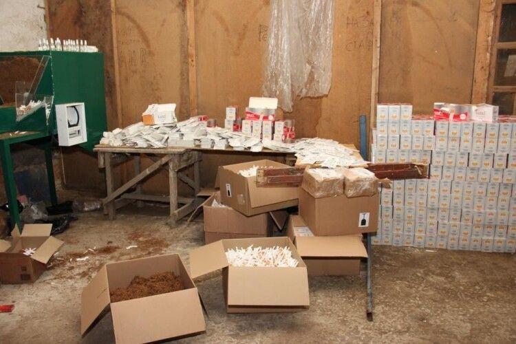На Волині знайшли і знищили підпільні цехи з виробництва тютюнових виробів відомих виробників