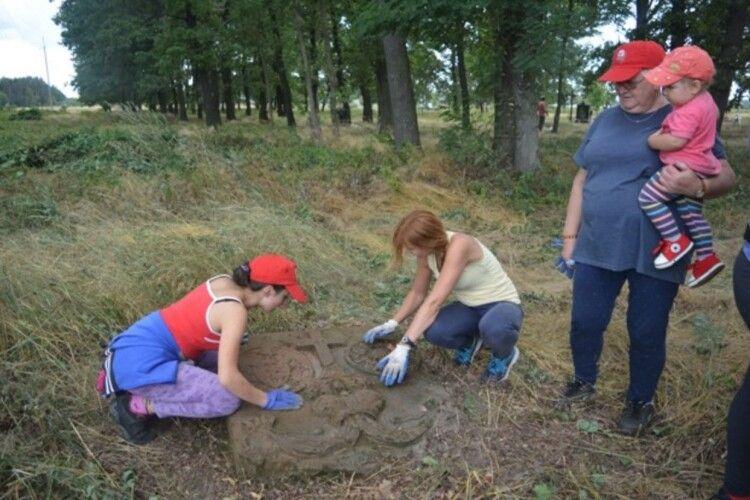 Польські байкери впорядковували могили у Любешові