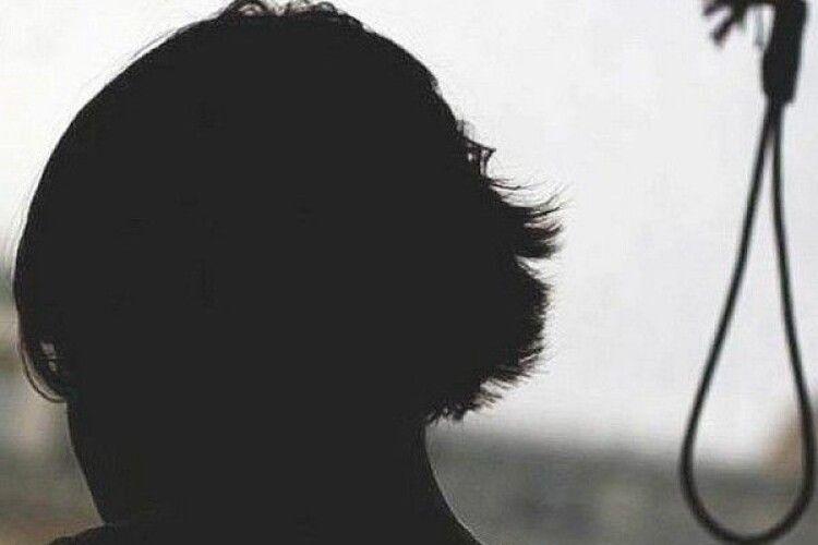 «Йди вішайся!»: вітчим довів дитину до самогубства. Його судили