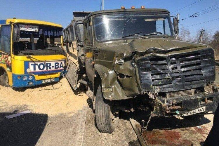 У Луцьку зіткнулися вантажівка і маршрутка: вісім постраждалих (Фото)