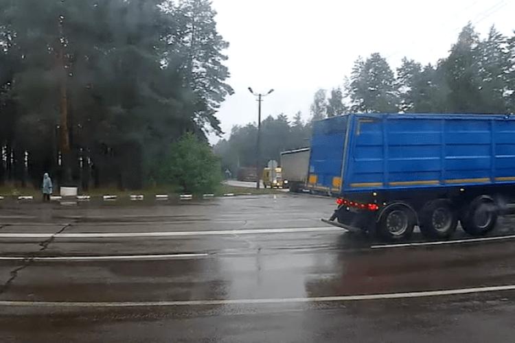 На Волині у вантажівки під час руху вибухнуло колесо (Відео)