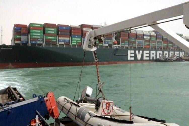Заблокований Суецький канал: вже сотні суден чекають у черзі