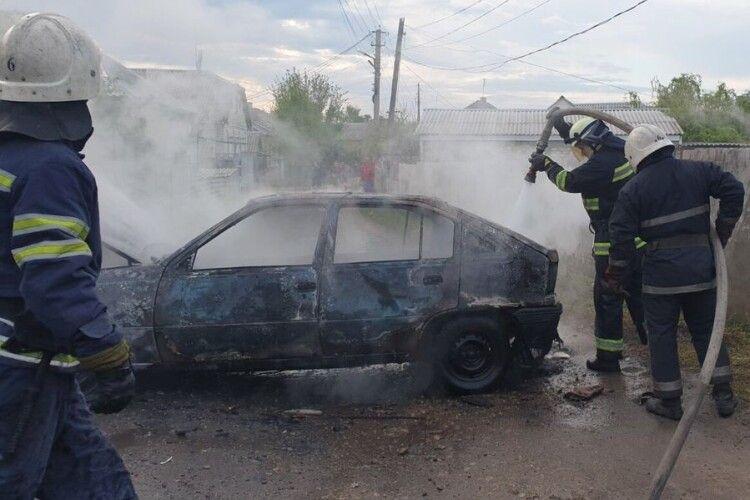 «Opel Kadett» згорів просто біля гаража