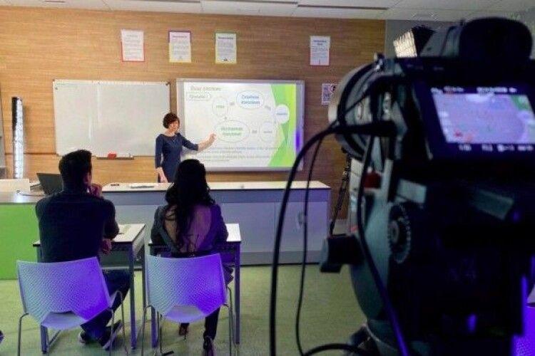 «Онлайн-школу» по ТБ зможуть дивитись школярі з окупованих Донбасу та Криму