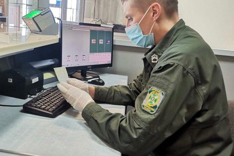 Іноземка хотіла приховати візит в Україну від коханого, а потрапила до поліції
