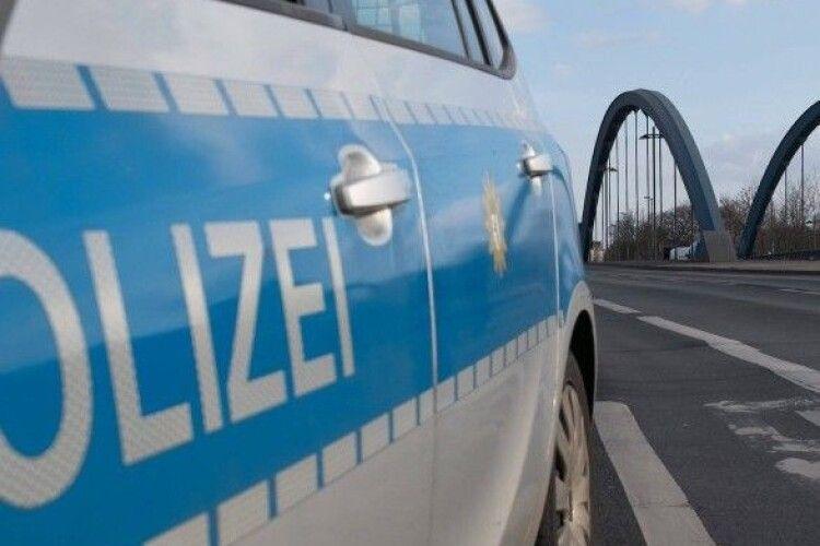 Четверо людей постраждали через чоловіка, який помочився з мосту