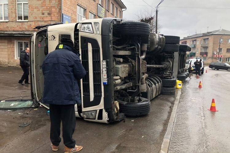 Посеред Горохова перекинулася велика вантажівка