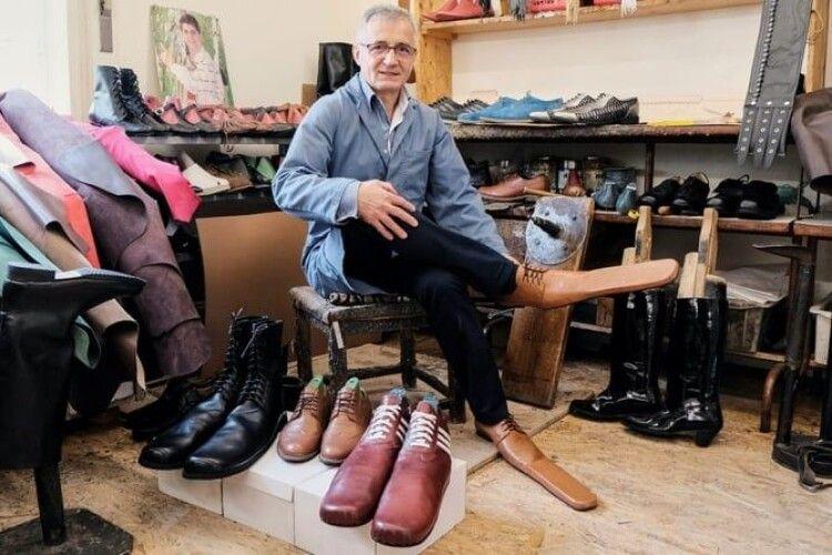 Чоботар створює взуття 75 розміру, аби надихнути людей дотримуватись дистанції
