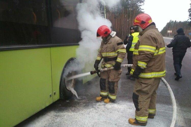 На дорозі «Київ-Ковель» загорівся автобус з людьми