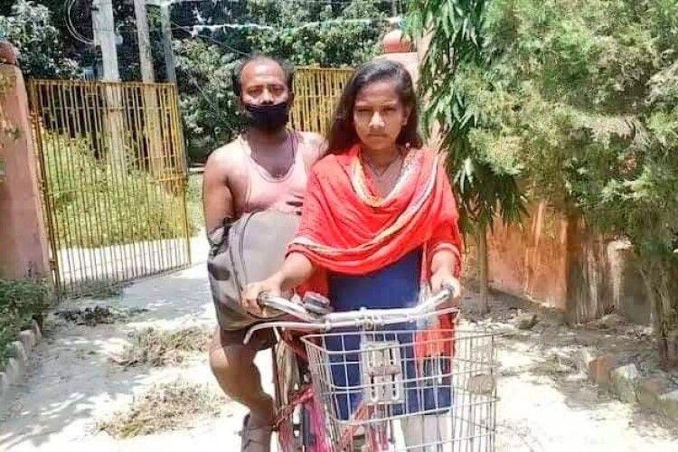 15-річна дівчинка проїхала з пораненим батьком 1200 кілометрів на велосипеді