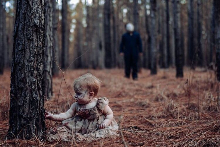 Незвична фотосесія: на світлині малюк їсть «нутрощі» батька (Фото 16+)