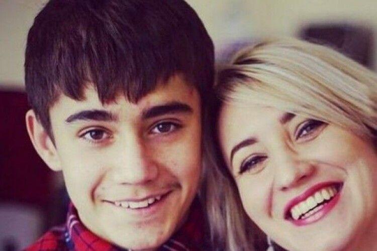Матір побитого в Парижі українського підлітка підозрюють у торгівлі людьми