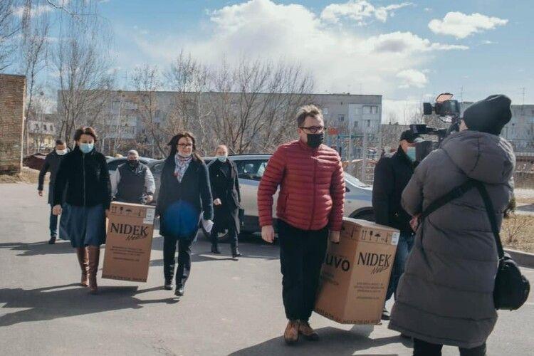 У Бородянку на Київщині привезли кисневі концентратори від Порошенка