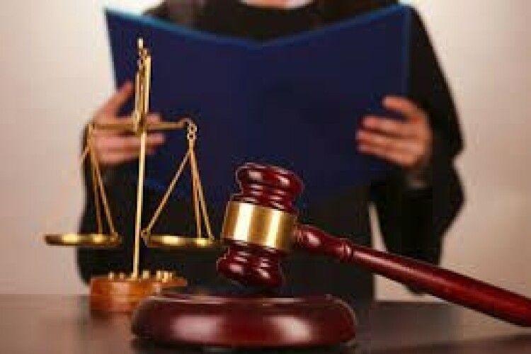 Інваліду 1 групи, який підібрав телефон п'яного сусіда, присудили величезний штраф