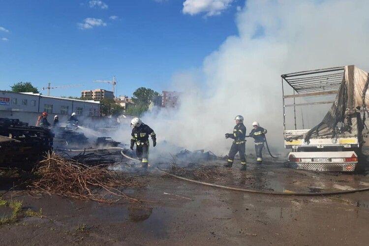 У Рівному грандіозна пожежа на Костромській (Фото)