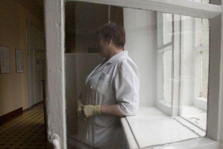Породілля, в якої виявили коронавірус викинулася з вікна лікарні (Фото 18+)