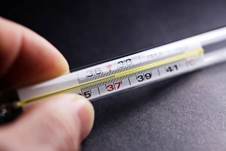 Терпіти не треба: лікар пояснив, чому температуру 37 потрібно збивати