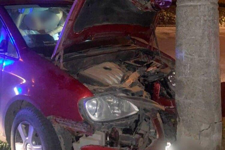 У Луцьку вночі п'яний водій розбив машину (Фото)