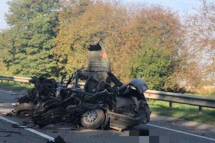 Уламки розкидало по всій дорозі: на трасі «Київ – Чоп» сталася масштабна аварія (Фото)