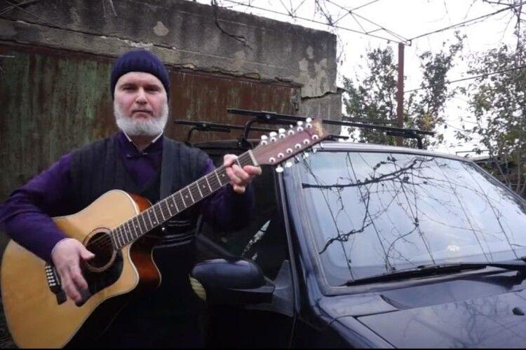 «Следом за воронкой — снова яма, не даёт дорога мне уснуть»: священник заспівав про розбиту дорогу (Відео)