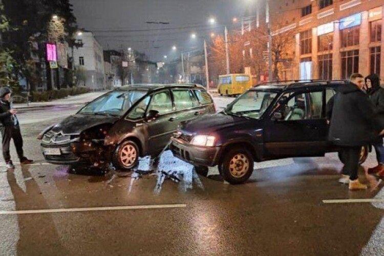 У центрі Луцька – аварія: зіткнулися дві автівки (Фото)