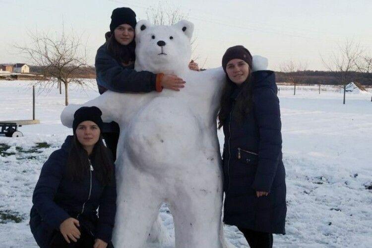 На Волині три сестри впіймали білого ведмедя (Фото)