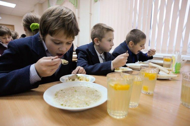 Щоб діти не обідали... шоколадними батончиками і чіпсами