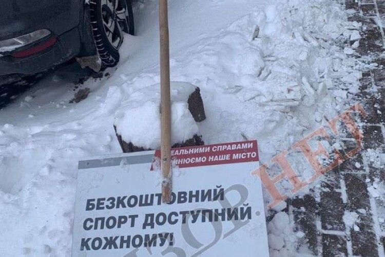 Із Волині до Києва зась: згортають сніг. Столицю розчищають лопатами з агіток Кличка (Фото)