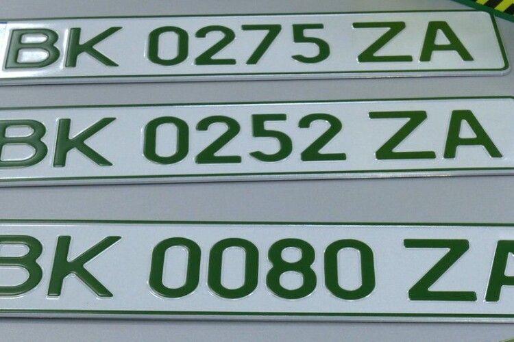 На Рівненщині почали видавати «зелені» номерні знаки для електроавто