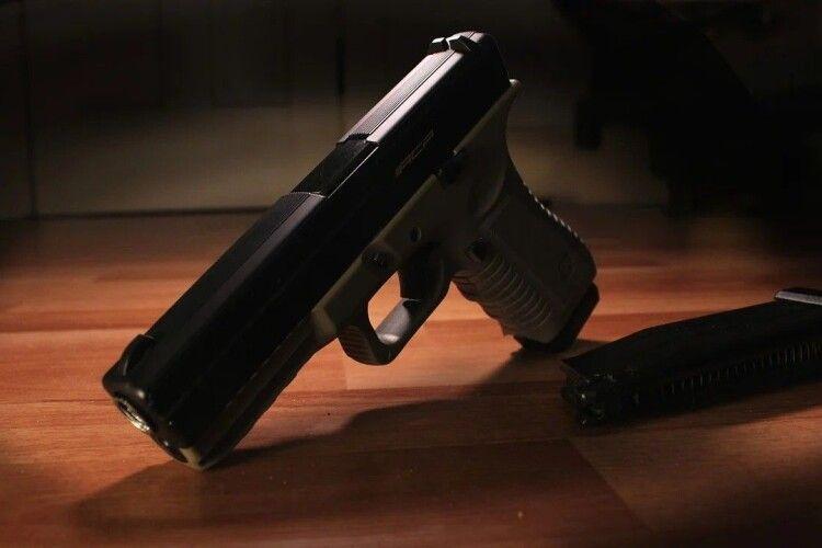 18-річний хлопець із Горохівщини викрав із кишені чоловіка пневматичний пістолет