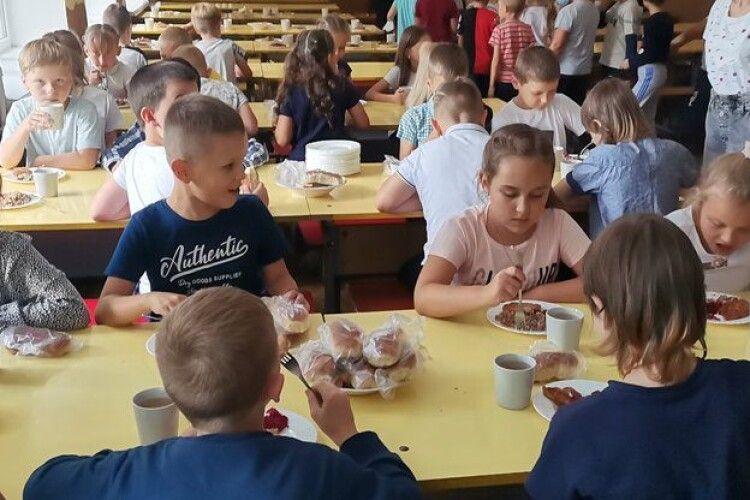 Булочки в пакеті та почергове харчування: як працюють шкільні їдальні у Луцьку