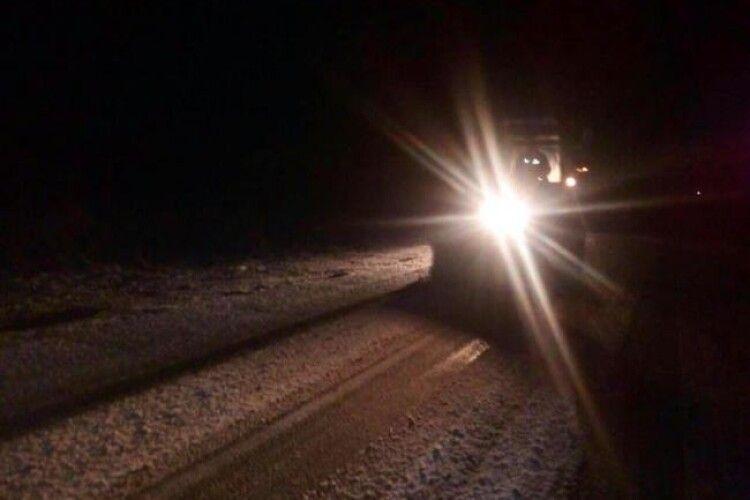 Рівненщину засипало снігом: у різдвяну ніч дороги чистили пів сотні одиниць техніки