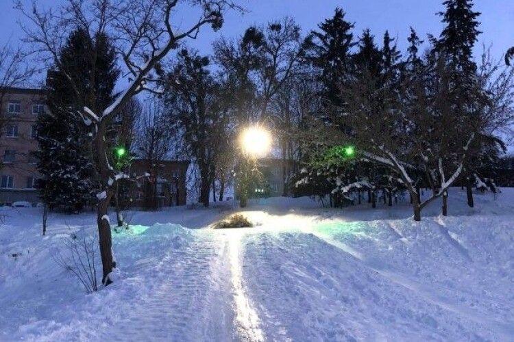 Снігових скульптур у Луцьку сьогодні не ліпитимуть. Але можна спускатися на світломузичній гірці (Програма заходів)