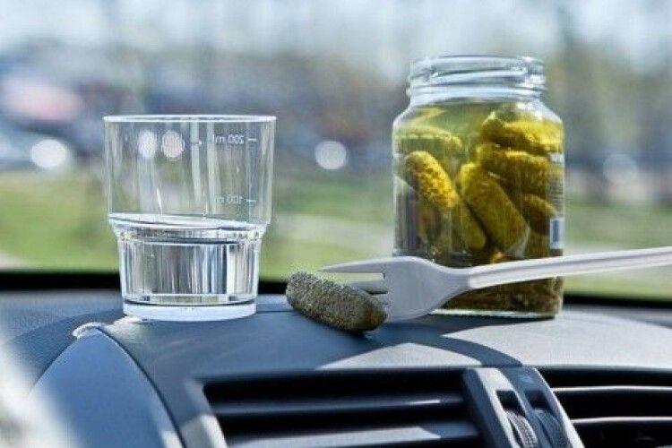 П'яний водій після ДТП почав пити спиртне прямо на капоті авто (Фото)