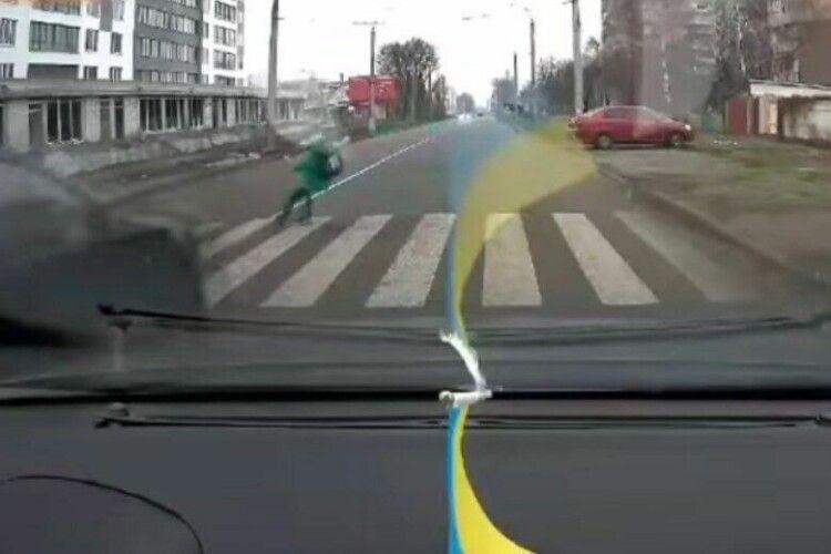 Авто влетіло в 10-річного хлопчика на пішохідному переході (Відео 18+)