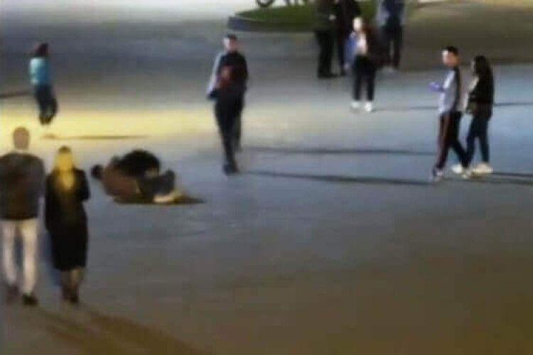 У центрі Луцька два хлопці бились, а навколишні фільмували (Відео)