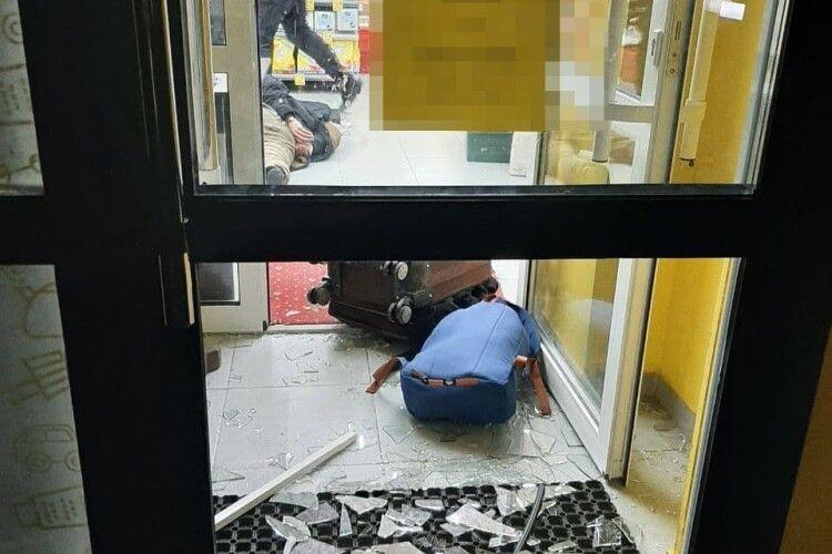 Почула з балкона, як розбив вікно: лучанка повідомила про пограбування магазину (Фото)