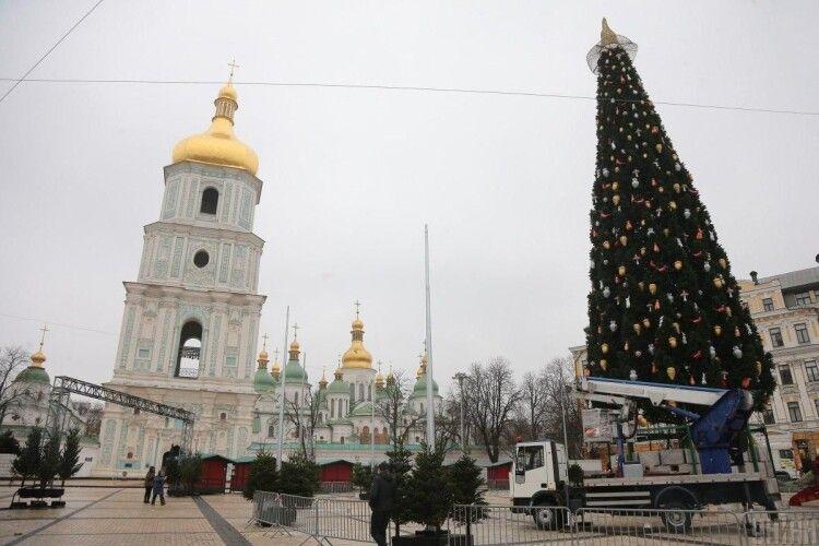 З головної ялинки України таки знімуть скандальний капелюх, замінивши його на Вифлеємську зірку