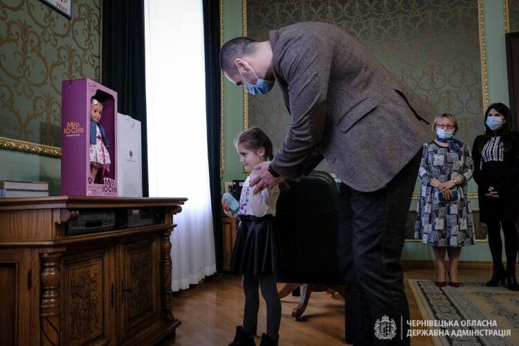 Володимир Зеленський подарував ляльку дівчинці, яку образили в дитсадку Чернівців (Фото)
