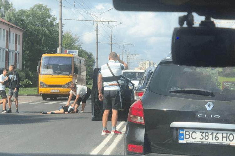 Щоб школярі перейшли дорогу, один з водіїв перегородив своїм автомобілем увесь рух