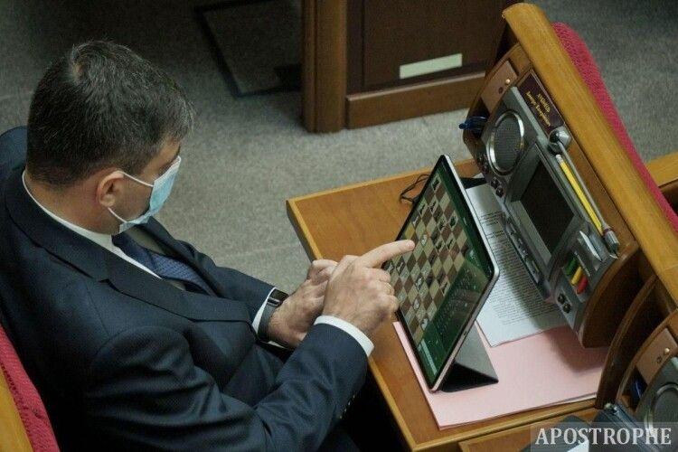 Нардепа вдруге за рік «спіймали» за грою на планшеті під час засідання парламенту (Фото. Відео)
